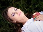 睡眠用音楽でぐっすり眠る女性の画像