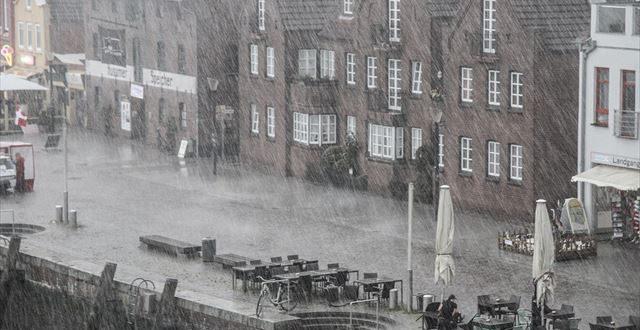 どしゃ降りの雨が降る街の風景