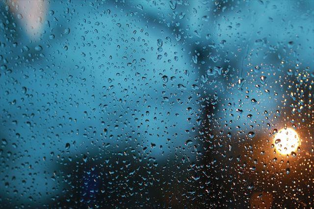 大雨で濡れた車のフロントガラスの画像