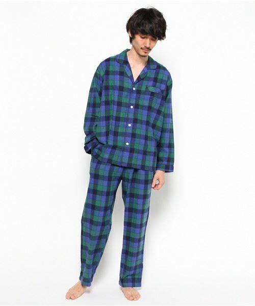 メンズにおすすめのおしゃれなチェックパジャマを着た男性の画像