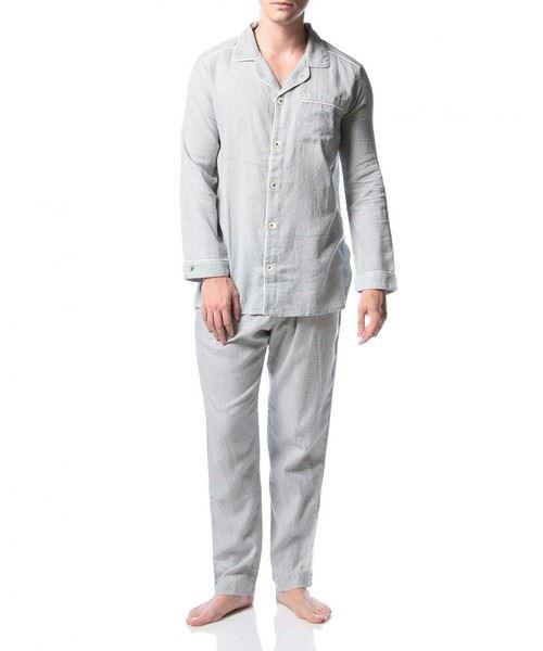 着心地の優れたおしゃれパジャマを着用した男性の画像