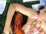 クラシック音楽を聞きながら眠っている女性の画像