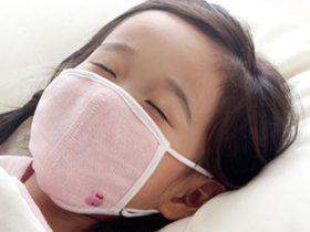 睡眠用マスクをつけて眠る子供の画像