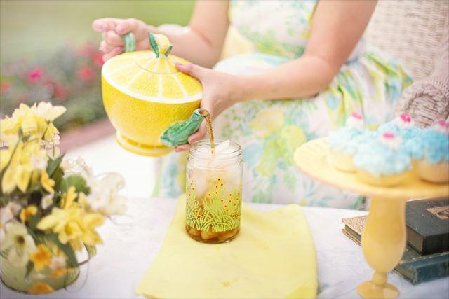 美しいカップにハーブティーを注ぐ画像
