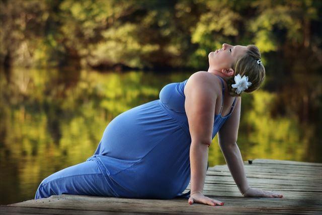 リラックスする妊娠中の女性の画像