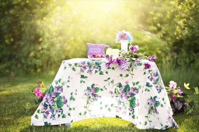 ハーブティーが用意された庭のテーブルの画像