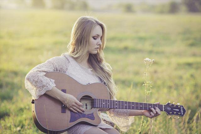 睡眠用ヒーリング音楽を奏でる女性の画像