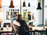 カフェミュージックを聞きながらリラックスタイムを過ごす男性の画像