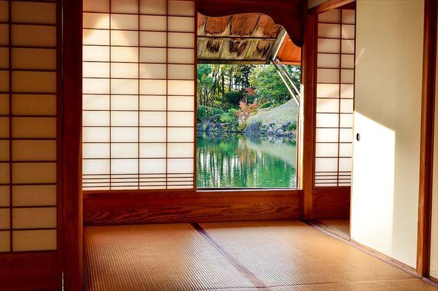 虫の声が聞こえる日本の和室の画像