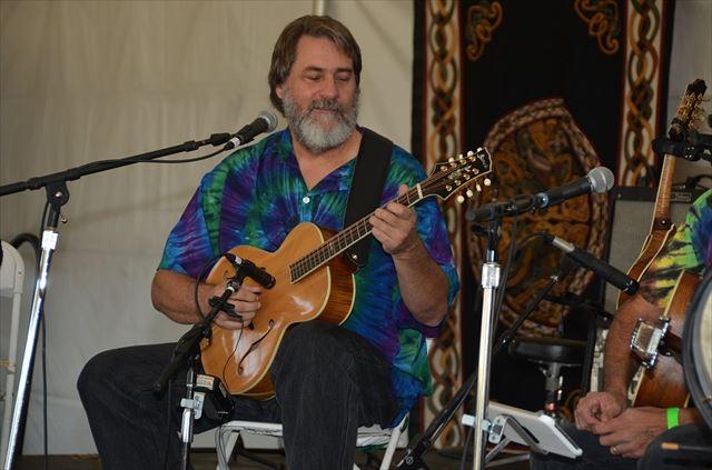 ケルト・アイリッシュ音楽を演奏する男性の画像