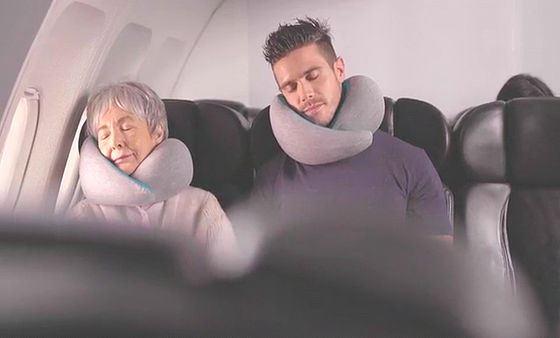 年配女性と体格のいい男性が並んでオーストリッチピローゴーで眠る画像