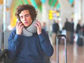 空港の待合室でオーストリッチピローゴーを使う男性の画像