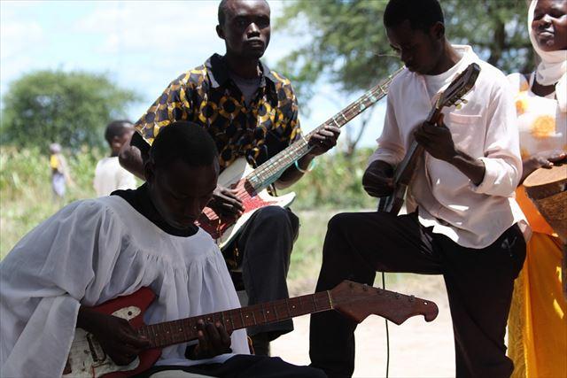 民族音楽を奏でるアフリカの男性たちの画像