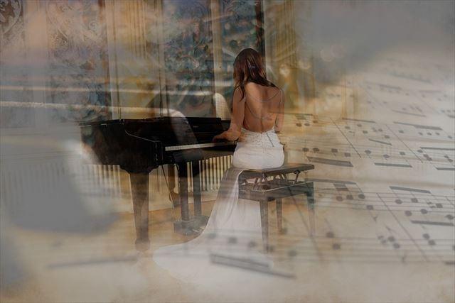 ピアノを演奏する女性の画像