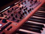 エレクトロニカ音楽を演奏するキーボードの画像