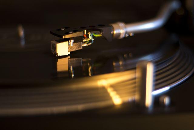 アシッドジャズを流すターンテーブルの画像
