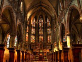 賛美歌の流れる教会の画像