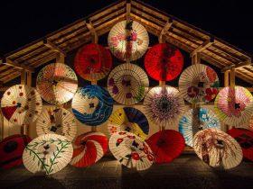 和の音楽を感じさせるに日本の傘を並べた画像