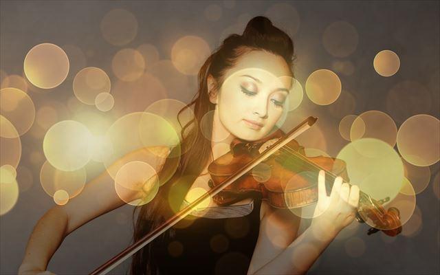 バイオリン協奏曲を奏でる女性演奏者の画像