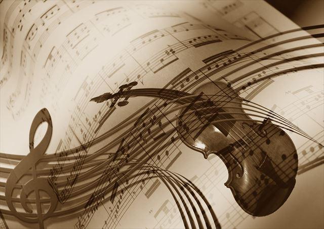 眠りに誘うバイオリン音楽の譜面と楽器の画像