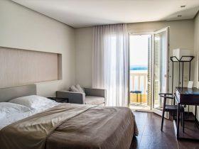 朝陽の入るホテルの寝室の風景