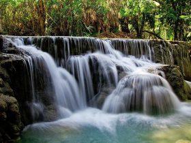 滝の音を連想させる滝壺の画像1