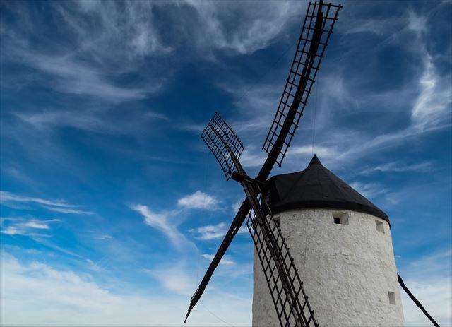 風を受けて回る風車の画像