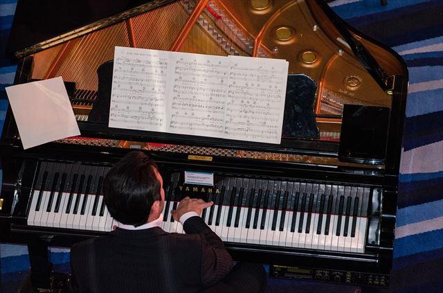 クラシック音楽をピアノで演奏する男性の画像