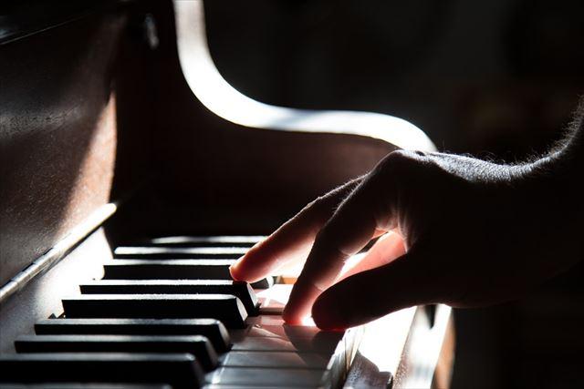 クラシック音楽を演奏する人の画像