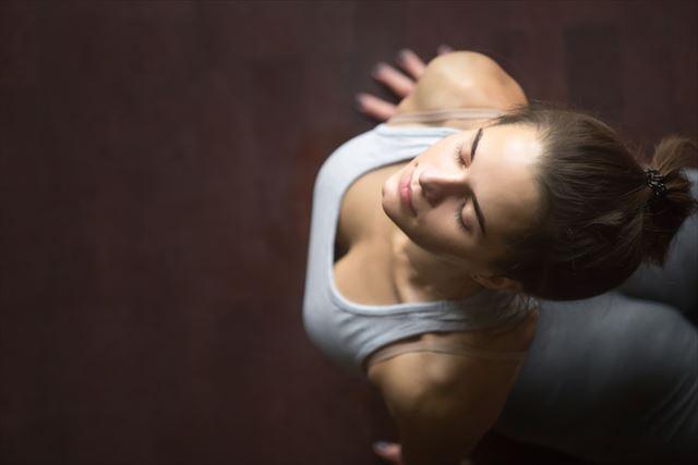 夜寝る前ヨガを実践する女性の画像2