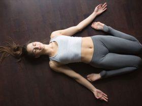 夜寝る前ヨガを実践する女性の画像1