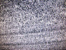 ホワイトノイズを発するテレビの砂嵐画像