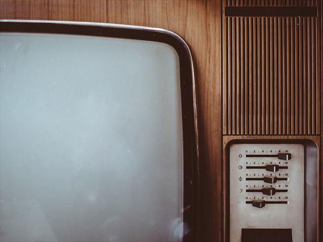 ホワイトノイズを発する古いテレビの画像