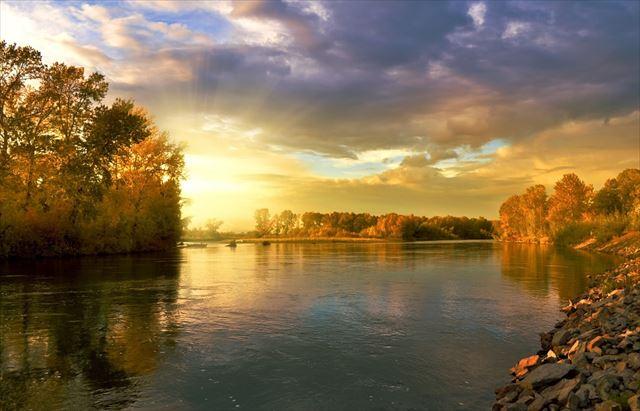 シータ波の波長を連想させる自然の川の風景画像2
