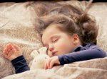 音楽を聞いてすやすや寝る赤ちゃんの画像1