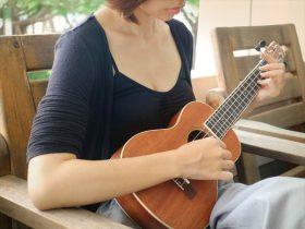ウクレレを演奏する女性の画像