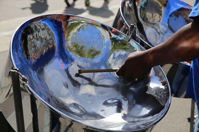 スティールパンを演奏者の手元の画像