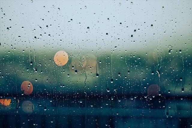 窓越しに雨の街を眺める風景1