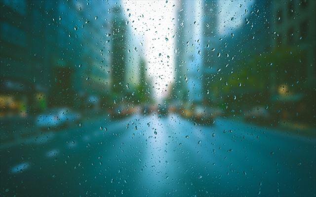 窓越しに雨の街を眺める風景2